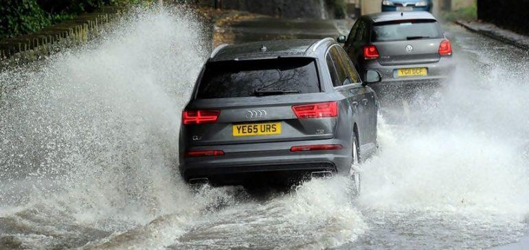 Tips Mencegah Kecelakaan Beruntun saat Berkendara di Musim Hujan